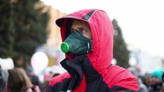 En demonstrant i gasmaske i Volokolamsk.