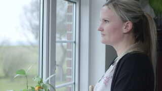 Mia Urban er 33 år og uddannet socialpædagog. Hun bor med sin mand og to små piger i en landsby udenfor Vordingborg. Hun er for tiden sygemeldt med stress.