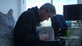 Stephen Dure er stilladsarbejder, men bruger det meste af sin fritid på at chatte med mulige pædofile.