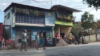 I hovedstaden Caracas lever tusinder på gaden.
