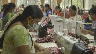 Hundreder af syersker arbejder på tekstilfabrikken Birdy. De arbejder under ordnede forhold og får en løn, der er rimelig efter indiske forhold.