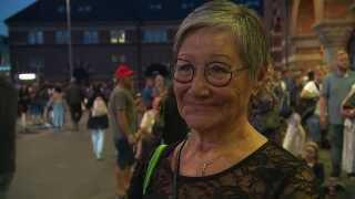 Lotte Jensen venter foran Hovedbanegården.