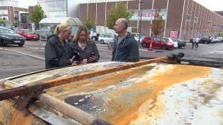 Anita Laiho og Hamid Bakhtiari snakker med DR Nyheders Europakorrespondent Anna Gaarslev foran deres udbrændte bil. (Foto: DR Nyheder)