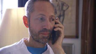 Sygeplejersken har fundet en fejl i Bo Schwartz' medicin og ringer også til hjemmeplejen for at tjekke, at han får ekstra tid.
