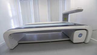Det er den her scanner - en DXA-scanner - som Holbæk Sygehus bruger til at undersøge patienter for knogleskørhed.