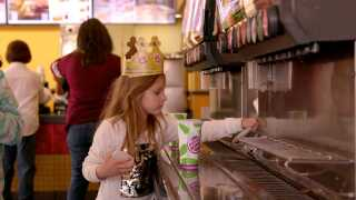 Keith og Cyrenas yngste datter, Chloe, henter sodavand til familien.