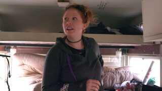 Cyrena Farris viser rundt i campingvognen. Forældrene sover i den øverste køje, børnene i de mellemste køjer, og de tre hunde på hver sin lille plet på gulvet.