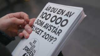 'Er du en af 100.000, som dropper flyet i 2019?' står der på de flyers, som Maja Rosén deler ud. Dem, der siger ja, får ofte taget et billede med dem.