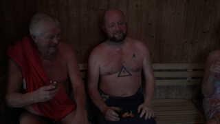 Når vinterbaderne har taget sig en dukkert, kan de efterfølgende sætte sig i den varme sauna for at få varmen.