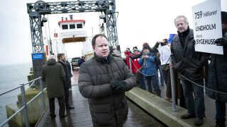 """Formanden for Folketingets udlændinge- og integrationsudvalg, DF's Martin Henriksen, sagde, han godt kan forstå, de lokale på Sydsjælland og Møn ikke er glade for fremtidsudsigterne på Lindholm. Han blev da også mødt af råb som """"buh for Lindholm"""" eller """"bliv derovre"""", da han tog færgen over.  Martin Henriksen afviser, at planerne for Lindholm er symbolpolitik:  - Jeg kalder det meget konkret politik. Men man kan selvfølgelig godt kalde det symbolpolitik, idet det sender et klart signal om, at de ikke er velkomne i Danmark, sagde han."""