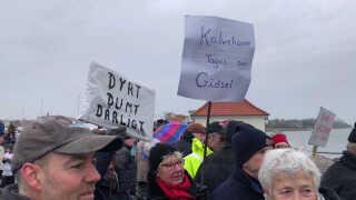 """""""Dyrt, dumt, dårligt"""".  Lokale borgere, der har udsigt til at blive naboer til et udrejsecenter på Lindholm er ikke vilde med ideen om, at deres nye naboer bliver dømte kriminelle. De frygter, det vil gå ud over turismen i området."""
