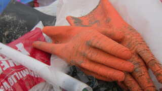 Der skyller nemt 30 gummihandsker op om dagen på Fanø, fortæller strandfoged Peter Michélsen.  - De bliver jo nedbrudt til mikro-og nanoplast. Men det forsvinder jo aldrig, med mindre vi samler dem op, siger han.