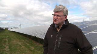 Grev Christian Lerche-Lerchenborg viser godsets solcellepark frem.