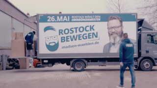 Lastbil med Claus Ruhe Madsens kampagne.