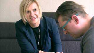 Michal Gilewicz og familien er faldet til i Danmark med hjælp fra bosætningskonsulent Almina Nikontovic.