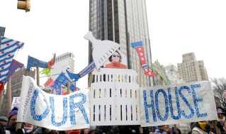 """""""Vores hus"""" står der på et skilt med den nye formand for Repræsentanternes Hus, Nancy Pelosi, ved en demonstration i New York City."""