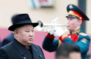 Kim Jong-un til velkomstceremoni ved togstationen i Vladivostok.
