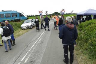 Omkring 50 borgere er mødt op for at afskærme Banedanmarks maskiner, så de ikke kan gå i gang med at nedlægge jernbaneoverskæringen på Hillerup Markvej ved hovedvej A11.