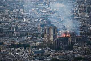 Notre Dame har i flere hundrede år været et af Paris' mest markante vartegn. Den ligger midt i byen og dens markante spir kunne indtil i går aftes ses fra store dele af den franske hovedstad.