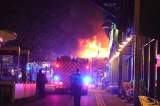 Brandbiler var hurtigt på stedet. Politiet modtog anmeldelsen omkring 20:30