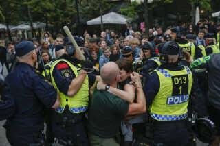 Sammenstød mellem AFS-sympatisører og moddemonstranter i Stockholm.