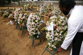 I Sri Lanka er man begyndt at begrave mange af de 359 ofre for terrorangrebene.