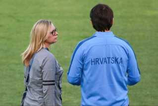Iva Olivari med landstræner Zlatko Dalic på banen på Luzhniki Stadion inden kampen mod England i semifinalen.