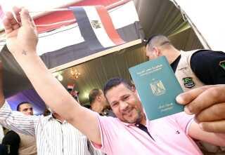 En egyptisk mand bosat i Kuwait har stemt på den egyptiske ambassade. Han er blot én af de mange egyptere, der støtter Sisi.
