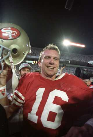 San Francisco 49ers quarterback Joe Montana fejrer sejren ved Super Bowl i 1989.