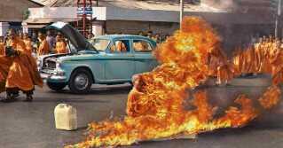 Munken Thích Quảng Đức satte ild til sig selv i juni 1963 i protest over den sydvietnamesiske regerings forfølgelse af buddhister. Billedet blev taget af journalisten Malmcolm Browne.