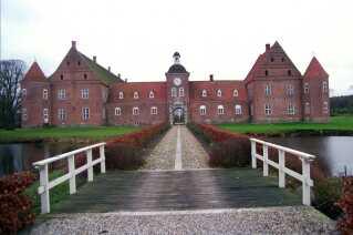 Et billede af Ulstrup Slot og den bro der leder henover voldgraven.