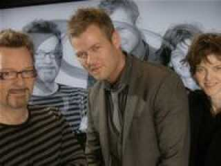 Sangeren Lasse Lindorff (i midten) har skrevet 'Hooked On You' sammen med to gamle Grand Prix-kendige, Mogens Binderup og Lise Cabble.