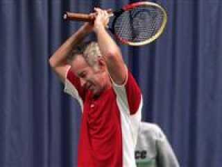 John McEnroe ?rgrer sig over en tabt bold mod Henri Leconte under Legends Live