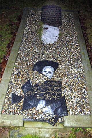 Flere gravstensplader var knust.