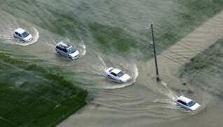 Japan: Oversvømmelser. Skader: 61-82 milliarder kroner. Japanerne oplevede en ekstrem sommer, der bød på rekordstore skybrud, hedebølge og den værste orkan i 25 år. Her kører biler på en oversvømmet vej i Okazaki i august.
