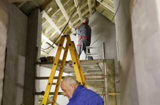 Det gamle rugbrødsbageri bliver renoveret fra sokkel til kvist, og de frivillige laver alt selv.