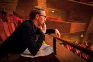 Martin Stauning lytter under generalprøven.