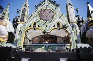 Fra pulten i 'slottet' på den populære Magicbox-scene har DJs leveret glad, elektronisk musik festivalen igennem.