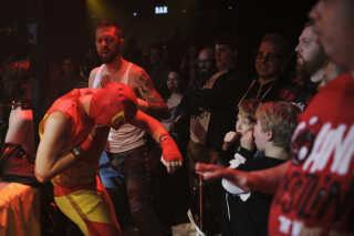 Det var ikke kun i ringen, kampene foregik. Også ude blandt publikum gik det vildt for sig.