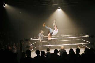 Fem kampe var på programmet i Pumpehuset, blandt andet en kamp hvor syv wrestlere kæmpede mod hinanden i ringen og slog hinanden ud én efter én.