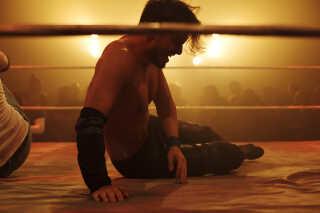 Selvom kampene er aftalt på forhånd, og de mange slag og spark ikke bliver sendt af sted med fuld kraft,   er wrestlerne hårdt ramte, når kampene er slut.