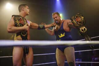 - Sverige er lort! Sverige er lort! Sverige er lort!, skrålede publikum taktfast op mod to svenske wrestlere, der til publikums store utilfredshed vandt deres kamp.