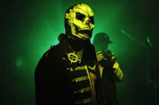 Wrestleren Emeritus går selvsikkert mod ringen med en lucha libre-lignende maske, kendt fra mexicansk wrestling. Også flere blandt publikum var i fuld wrestling-udrustning.