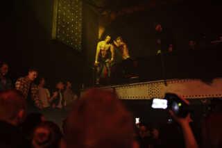 Hele rummet blev brugt, når wrestlerne udførte de halsbrækkende stunts. Her er det kæmperen Michael Fynne, der tager tilløb til at hoppe ned over sin modstander på gulvet.