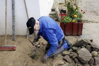 Foran det gamle rugbrødsbageri anlægges der med traditionelle piksten.
