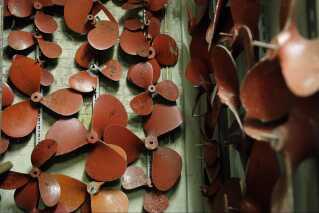 Værktøj, skruer og motordele hænger uberørt på fabrikken. Frivillige kategoriser hver enkelt del, så det kan komme op og hænge igen efter restaureringen af værkstedet.