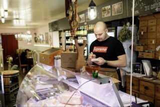 Kølerdisken er fyldt op med delikatessevarer fra og omkring Ærø.