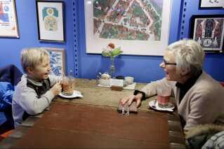At skabe fællesskaber og give de lokale et sted at mødes har været en af initiativtagernes bevæggrunde for at omdanne købmandsgården til en café.