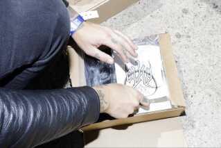Orm har blandt t-shirts og LPer fået trykt falske tatoveringer til deres merchandise-udvalg.