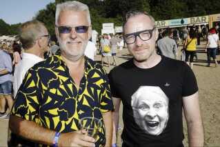 Damien Lynch (højre) og Kim Jørgensen var underholdt fra start til slut under Madness-koncerten.